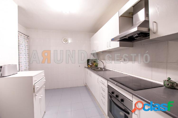 Amplio piso de 4 habitaciones y 2 baños en la zona del