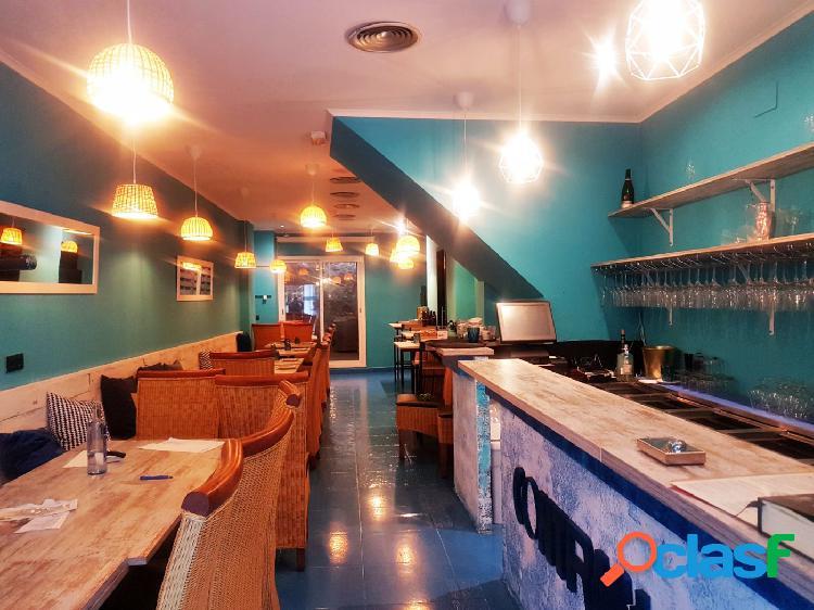 Bar restaurante en tras paso en el centro de Sitges