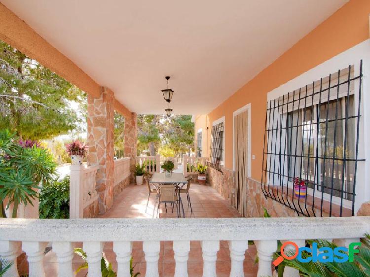 Estupenda casa con parcela de 1.150m en la zona del Romeral