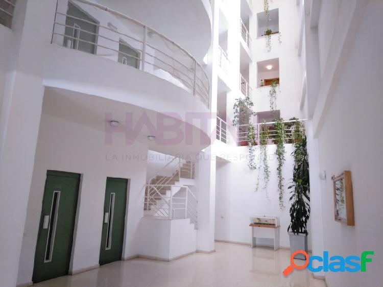 Apartamento de dos dormitorios con habitación y salón con