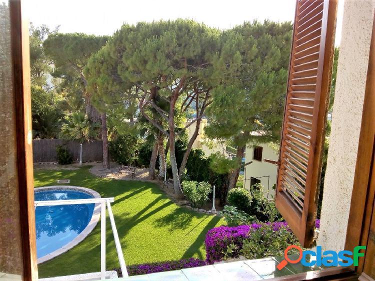 Bonita casa de estilo mediterráneo en Vallpineda, a cinco