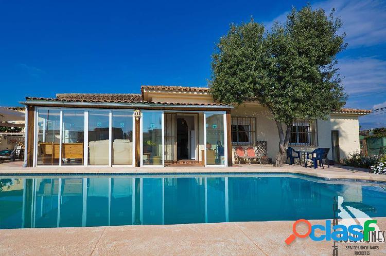 Chalet independiente con piscina privada, en Bello