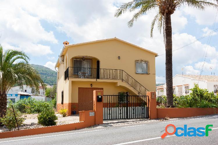 Villa a la venta en Orba, Alicante de cuatro dormitorios
