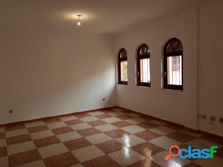 Se vende piso en el centro de Vera con dos plazas de garaje.