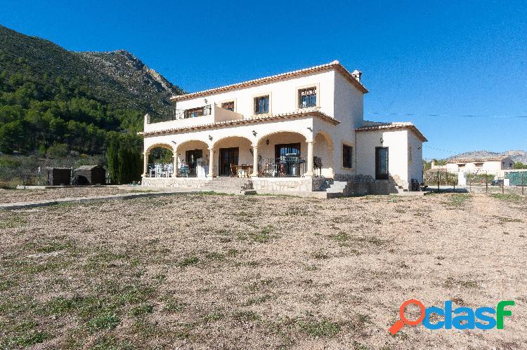 Villa a la venta orientada al sur y situada en una parcela