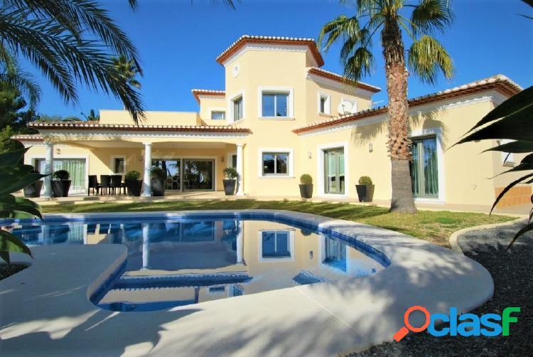 Villa de lujo de estilo clásico con bonitas vistas al mar