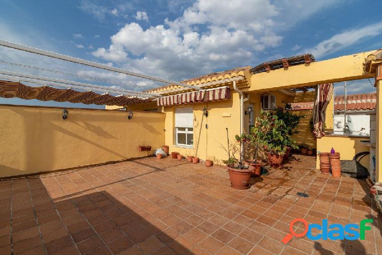 CASA ADOSADA con espectacular terraza en una de las mejores