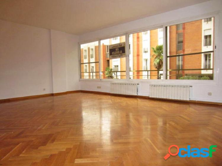 Piso en alquiler de 130m2 con 4 habitaciones y 2 plazas de