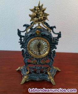 Reloj quart y 2 candelabros, de bronce patinado en azul