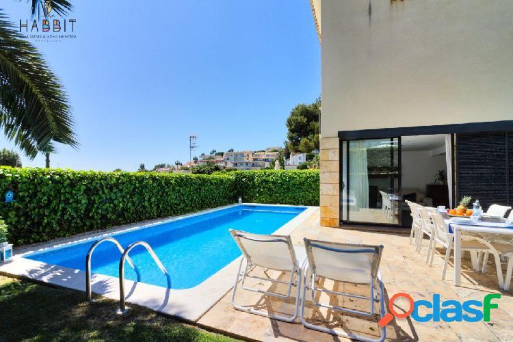 Villa con Licencia turística en venta en Sitges. Piscina