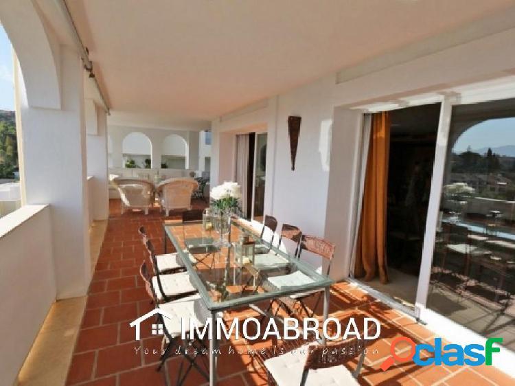 Apartamento en venta en Benahavís con 3 dormitorios y 2