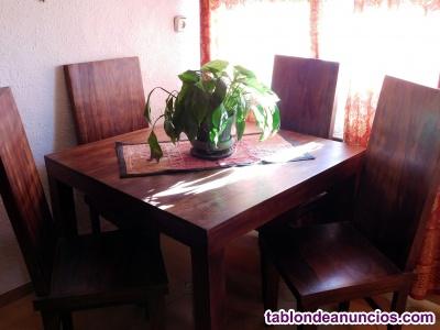 Mesa de comedor con 4 sillas.