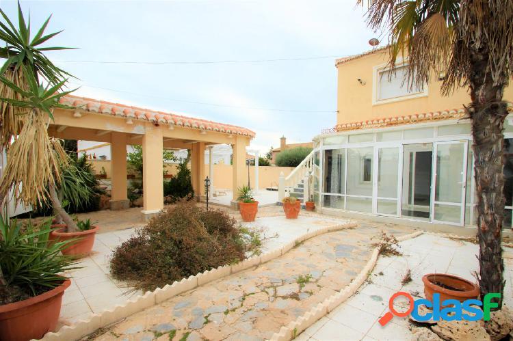 Precioso chalet con piscina privada, gran parcela, entrada