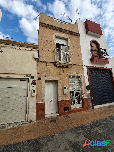 Casa de dos plantas en el centro de Almería