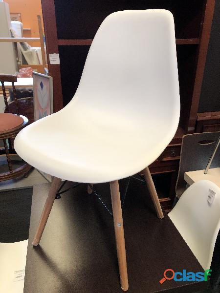 Silla blanca de plástico con patas de madera
