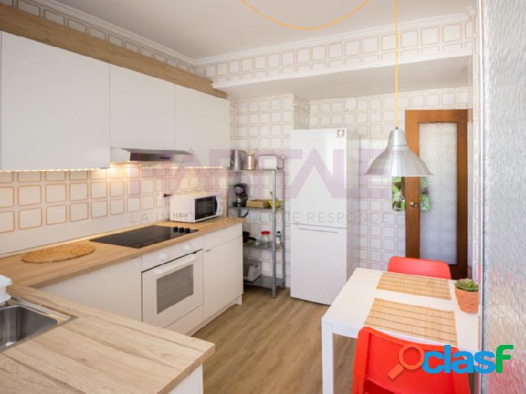 Estupendo piso, de tres dormitorios y dos baños, frente a