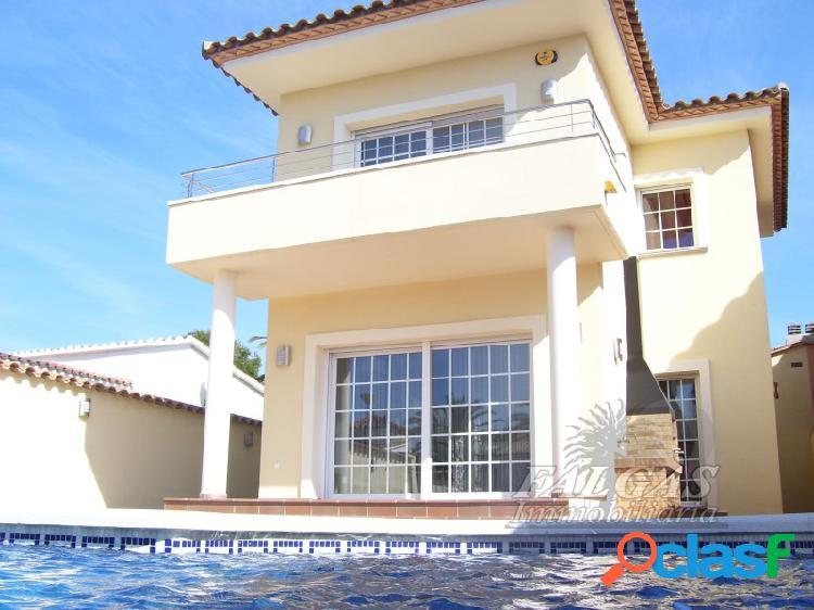 Gran casa unifamiliar de cuatro habitaciones con piscina y