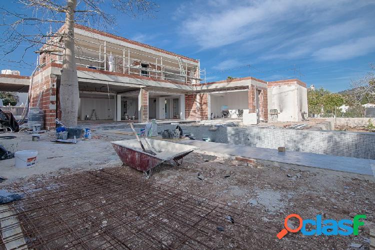 VILLA DE NUEVA CONSTRUCCIÓN CON VISTAS AL MAR CERCA DE LA