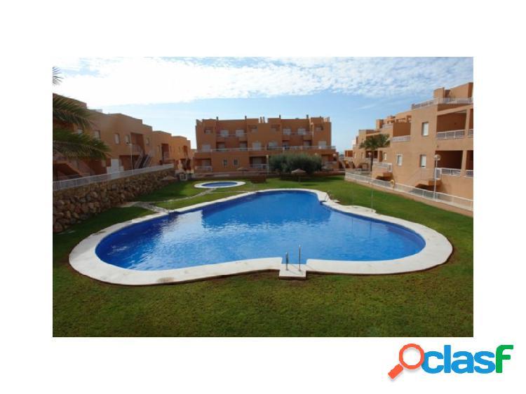 Apartamento en urbanización con piscina y zonas verdes.