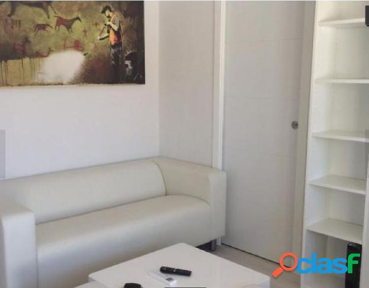 Ofrece moderno apartamento reformado de 1 habitación en