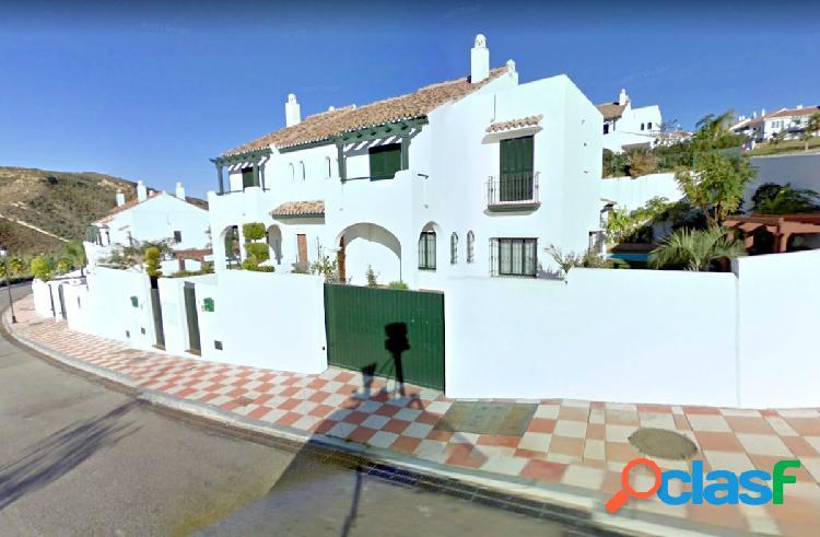 Hermosa casa pareada de 3 dormitorios y 4 baños en zona muy
