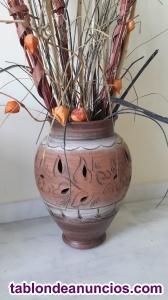 Jarrón de barro con flores