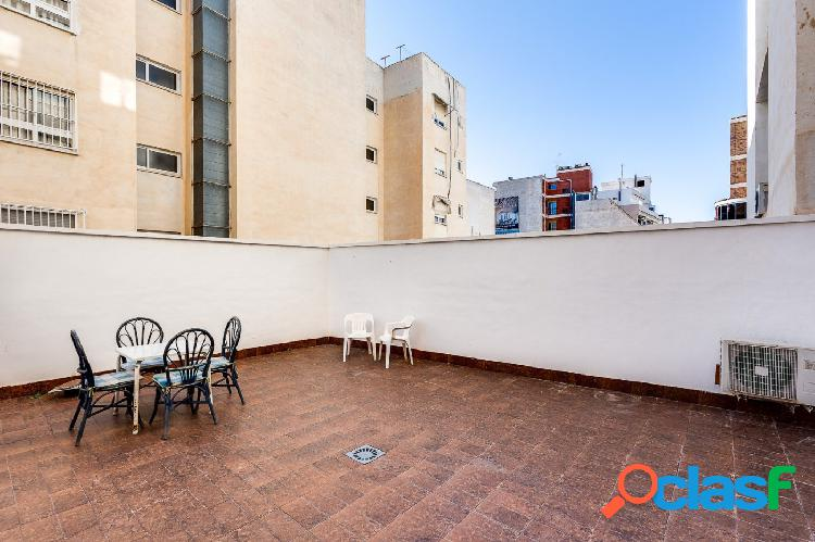 CHOLLO! PISO DE 4 DORMITORIOS Y PATIO DE 40 M2 EN PLENO