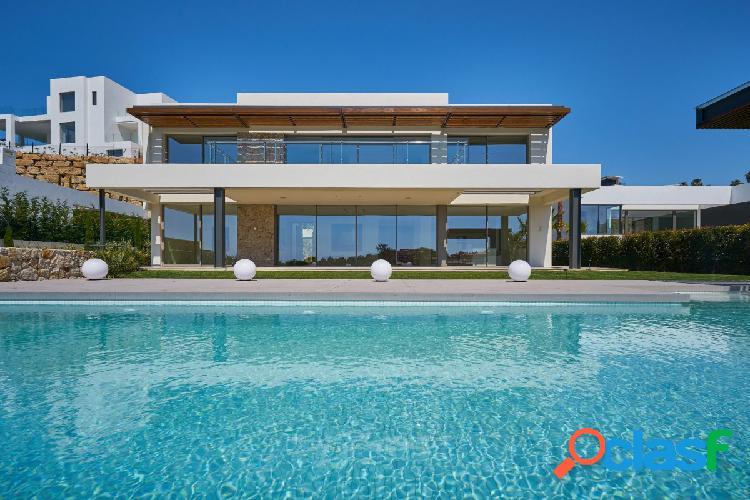 Villa Contemporánea en Primera Línea de Golf Atalaya