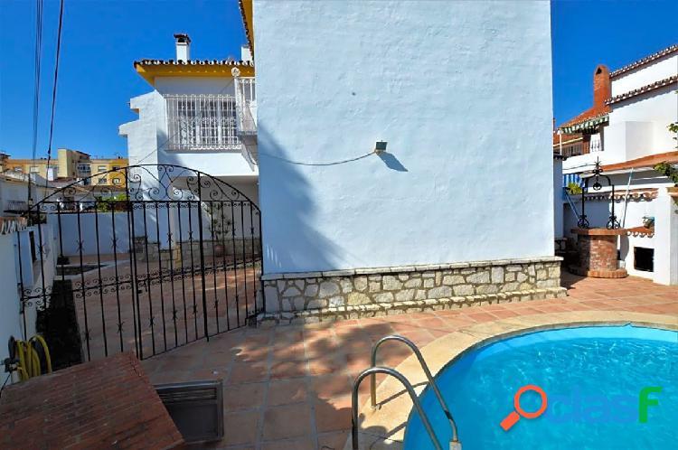 Villa pareada haciendo esquina en una de las zonas mas