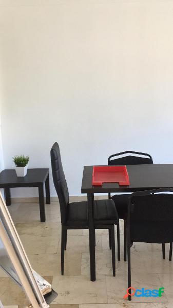 Se alquila oficina en el centro de Alicante con mobiliario.