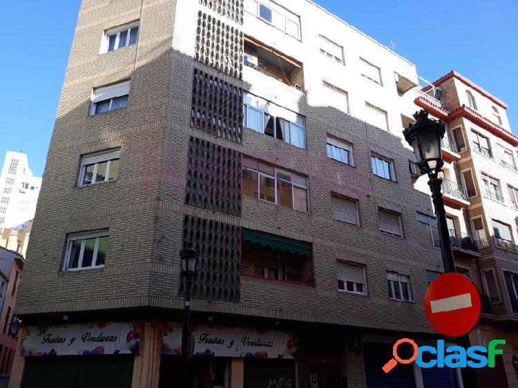 Casco Histórico. Piso de tres dormitorios, calefacción.