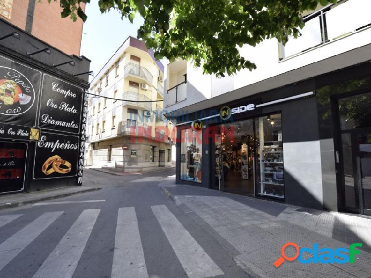 Local comercial de 104 m2 con fachada a 3 calles