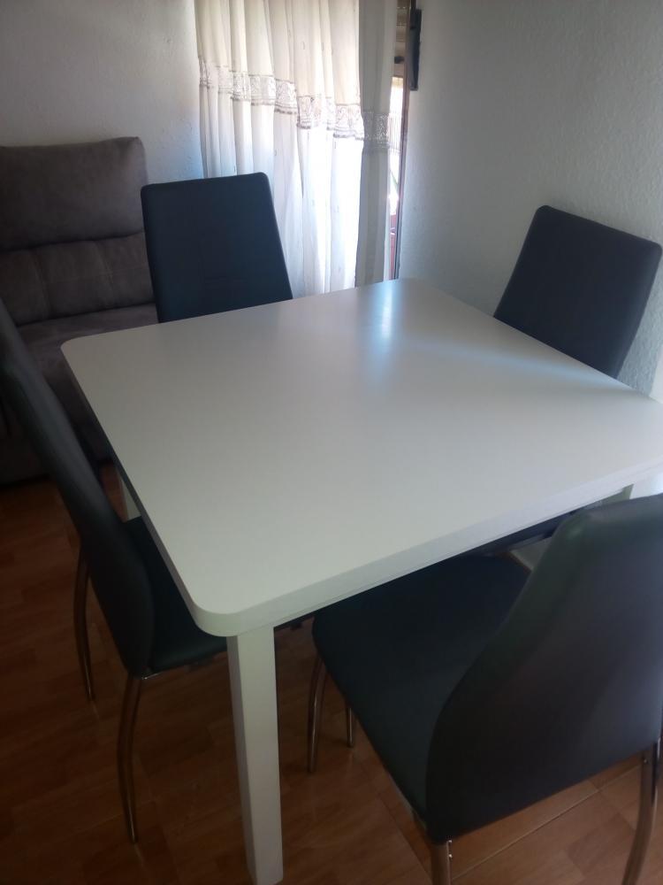 Mesa blanca + 4 sillas tapizadas en gris