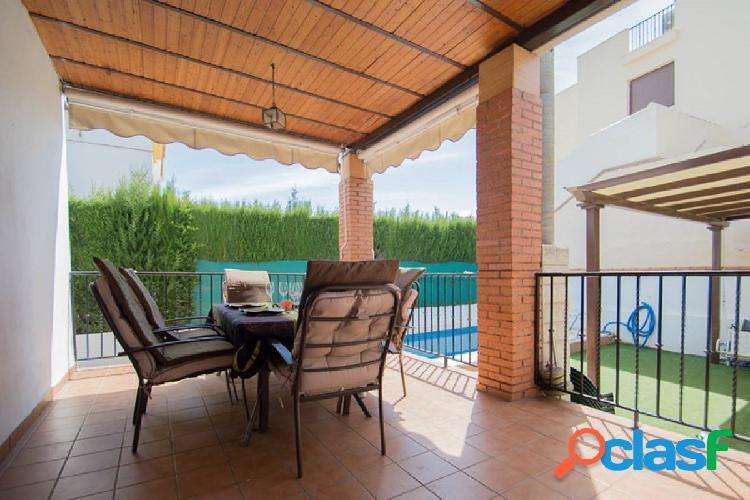¿Quieres vivir en una casa pareada con piscina y jardin ?