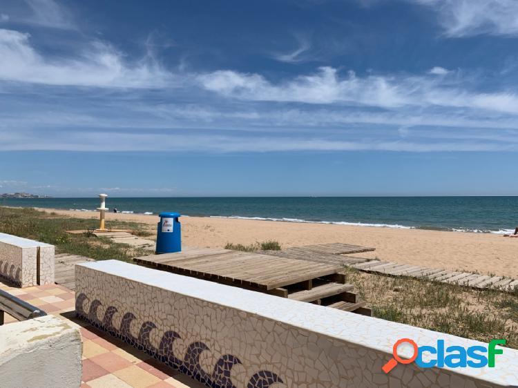 Apartamento con plaza de parking en 2ª línea de playa,