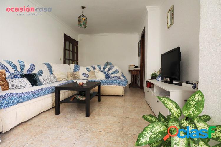 Piso en Nueva Málaga, 4 habitaciones y un baño; con plaza