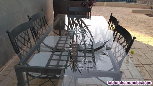 Mesa y sillas de forja.