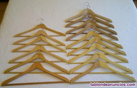 Perchas de madera de color pino
