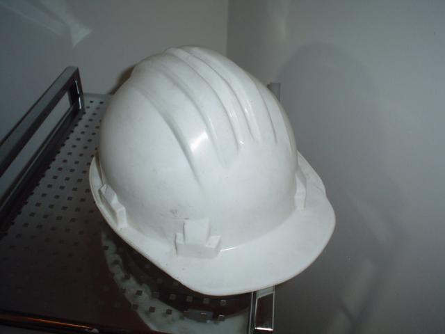 Casco de seguridad de obra color blanco en perfectas