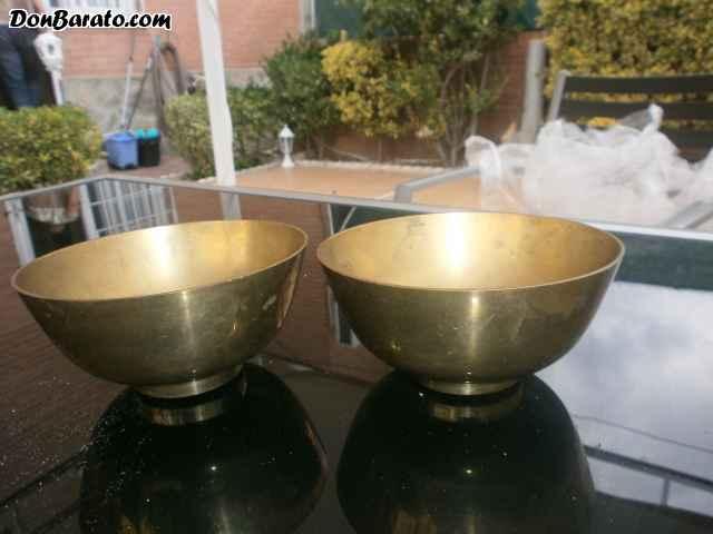 Dos tazones antiguos de bronce