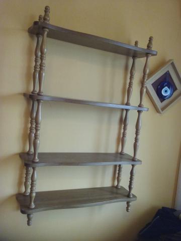 Estantería de madera con perfiles de palos torneados, color