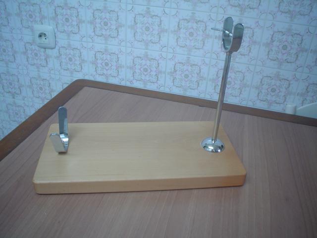 Jamonero de madera de color claro de 45 cms. de largo por 22