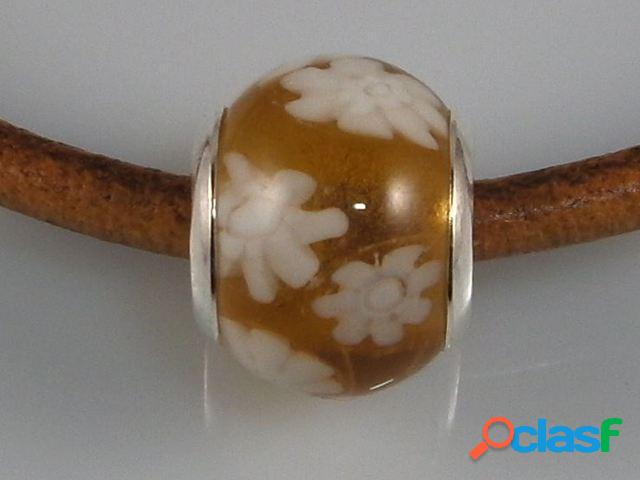 Abalorio plata y cristal de murano marron flores blancas