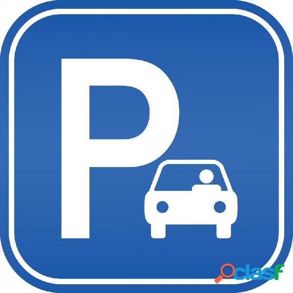 Amplia plaza de parking Coche Grande y Motos