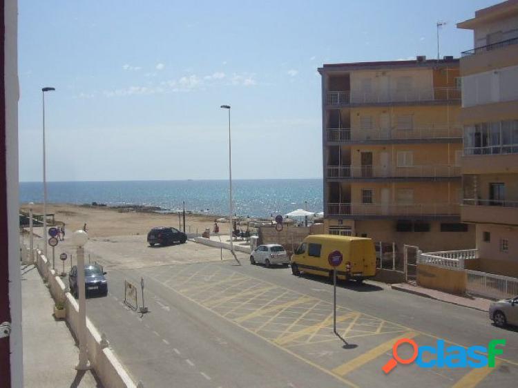 Apartamento pintado, en muy buen estado con vistas al mar.