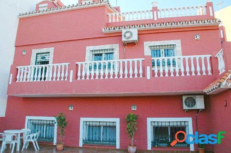 Casa con dos viviendas independientes y cuatro plazas de