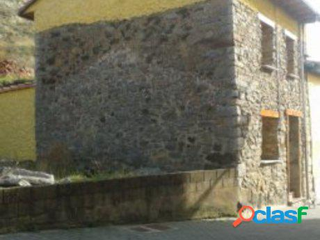Casa de piedra en plena montaña leonesas, en La Pola de