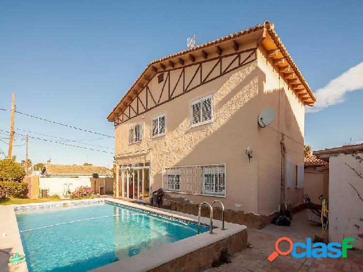 Chalet en venta de 180m² en Calle Pirineos 8, 46183 La