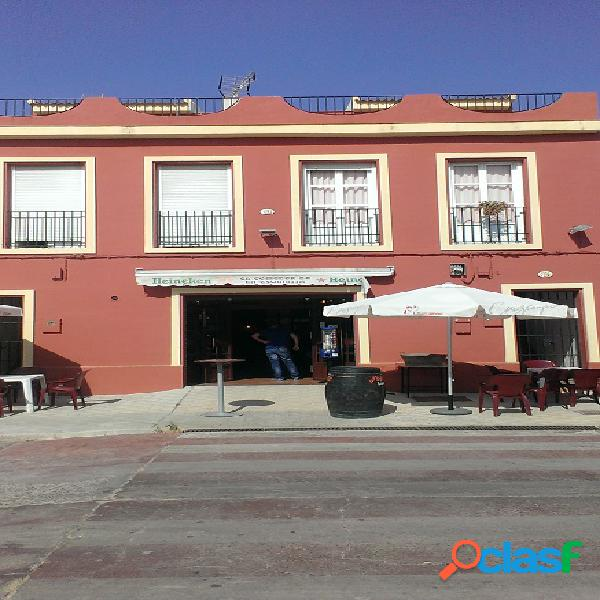 Dos pisos y restaurante totalmente equipado en Pilas