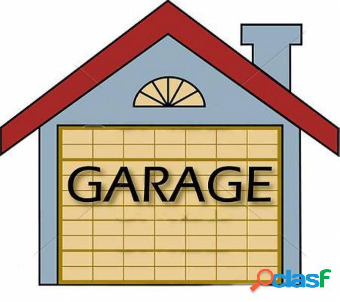 Plaza de garaje en el centro de Saron